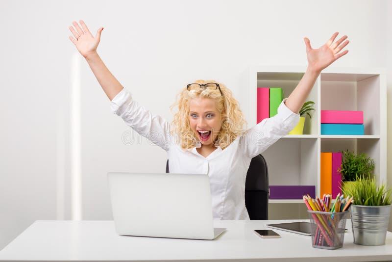 Mujer de negocios que muestra el entusiasmo y la felicidad fotos de archivo libres de regalías