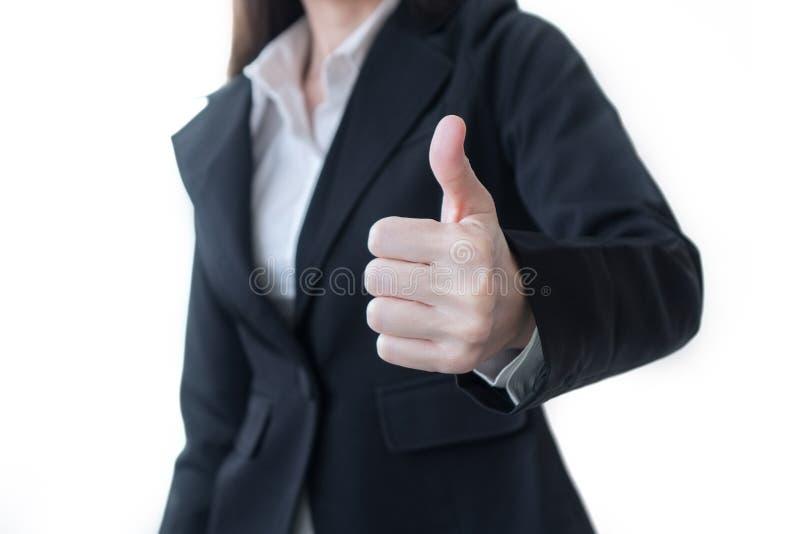 Mujer de negocios que muestra el pulgar encima del gesto aislado en el fondo blanco imagenes de archivo