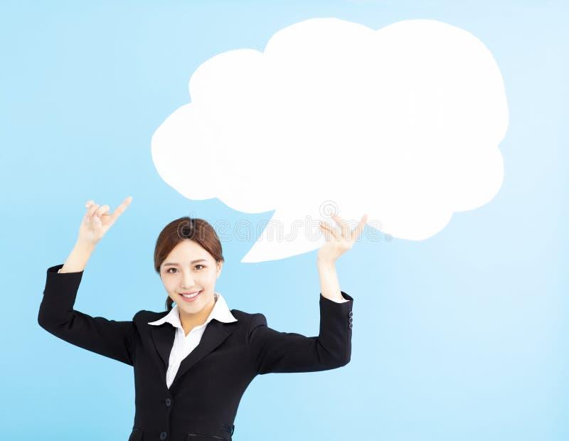 mujer de negocios que muestra la burbuja del discurso imagen de archivo libre de regalías