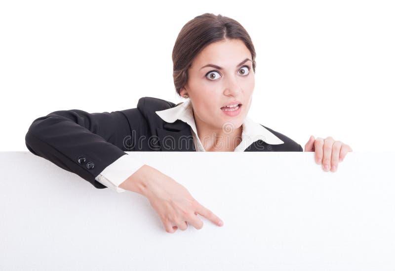 Mujer de negocios que muestra la cartulina en blanco blanca con el espacio de la copia fotos de archivo