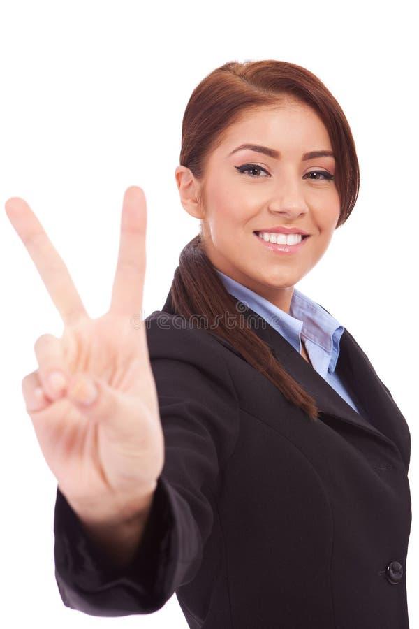 Mujer de negocios que muestra la muestra de la victoria imágenes de archivo libres de regalías