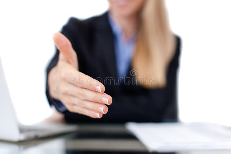 Mujer de negocios que ofrece para el apretón de manos fotos de archivo