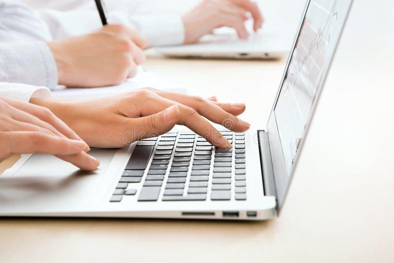 Download Mujer De Negocios Que Pulsa En El Teclado De La Computadora Portátil Imagen de archivo - Imagen de hardware, vida: 42430137