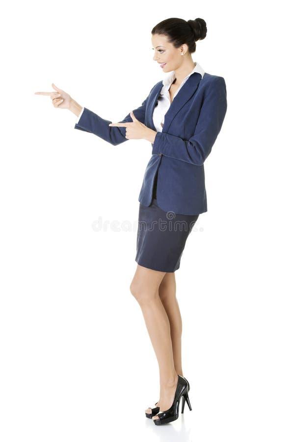 Mujer de negocios que señala en espacio de la copia imagenes de archivo