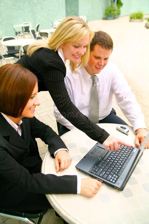 Mujer de negocios que señala la computadora portátil fotografía de archivo