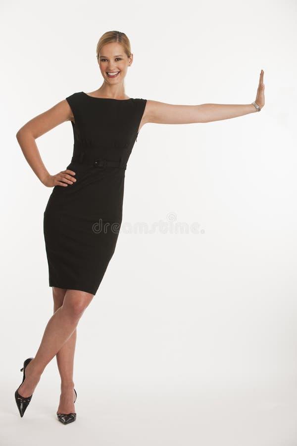 Mujer de negocios que se inclina en espacio de la copia fotografía de archivo libre de regalías