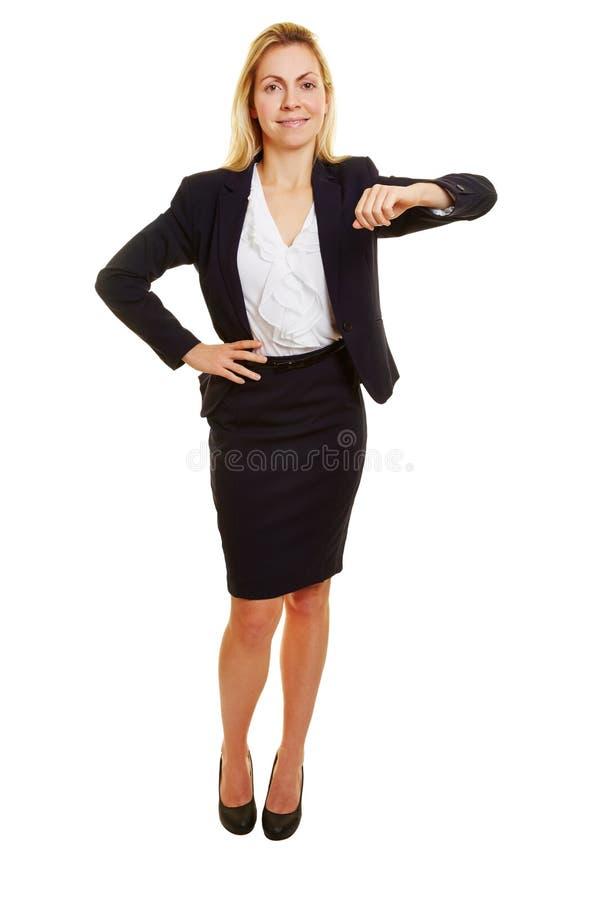 Mujer de negocios que se inclina en esquina imaginaria foto de archivo