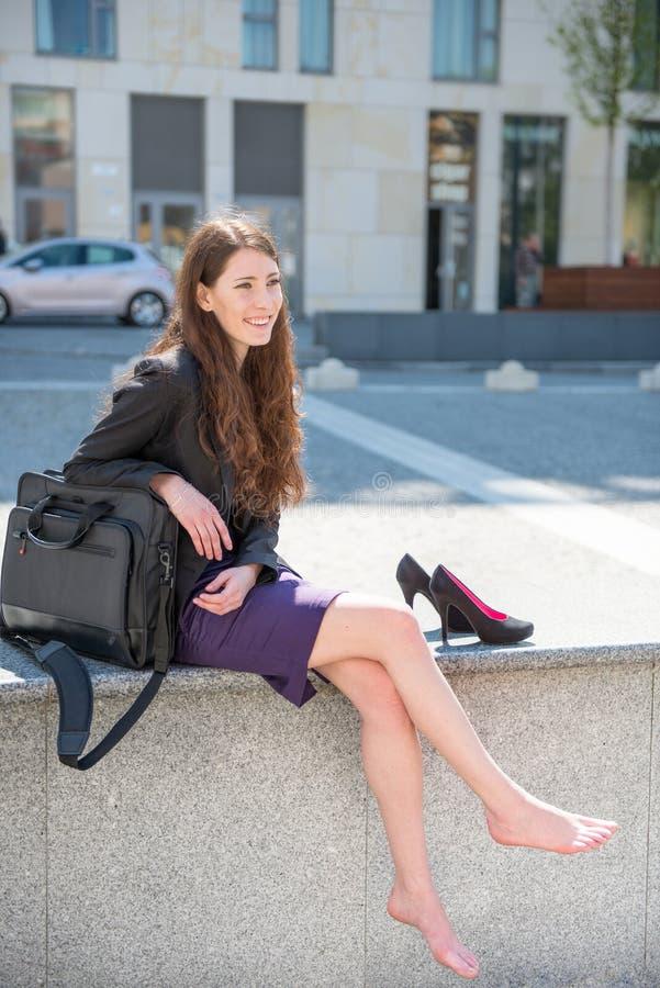 Mujer de negocios que se relaja en calle fotografía de archivo libre de regalías