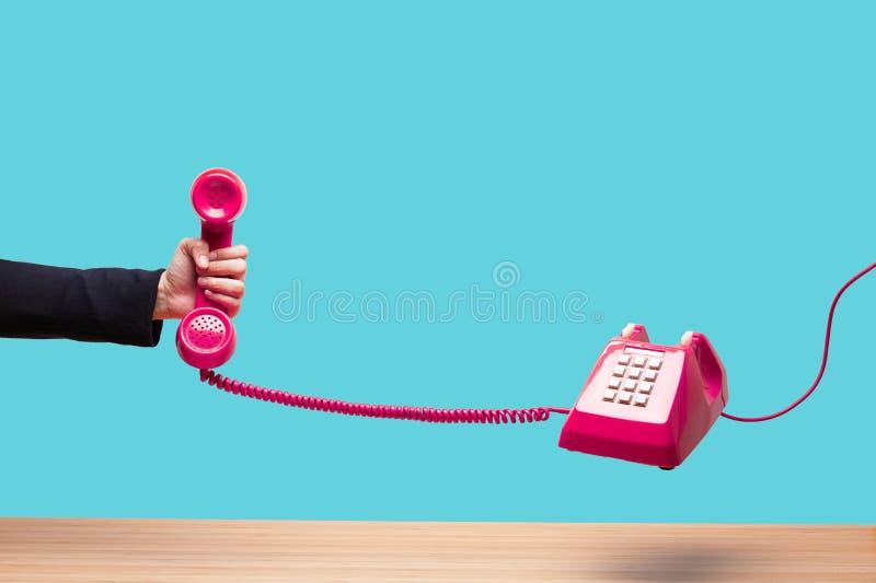 Mujer de negocios que sostiene el teléfono rojo fotos de archivo