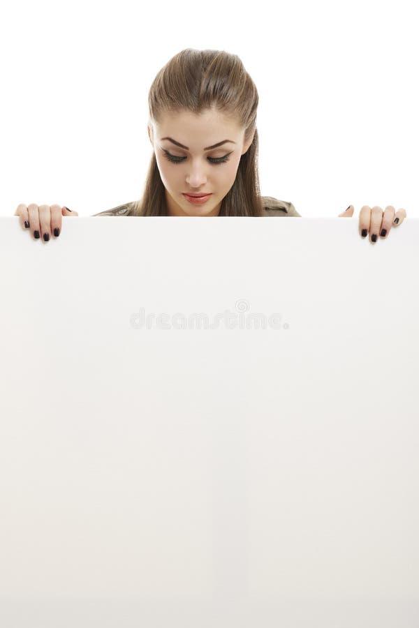 Mujer de negocios que sostiene la cartelera blanca fotografía de archivo