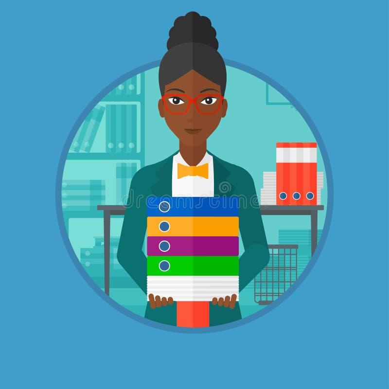 Mujer de negocios que sostiene la pila de carpetas en oficina ilustración del vector