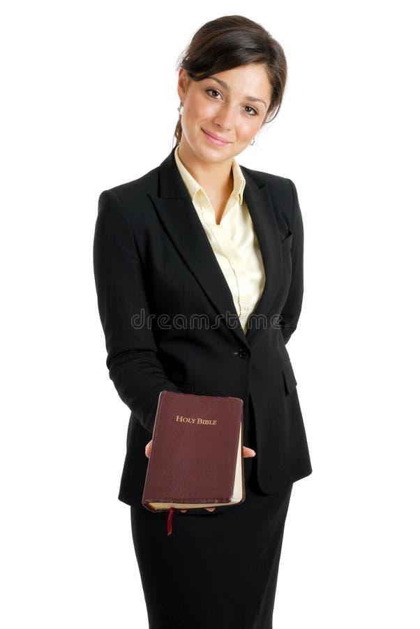 Mujer de negocios que sostiene una biblia fotos de archivo