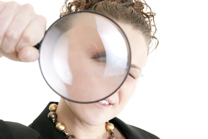 Mujer de negocios que sostiene una lupa imagen de archivo