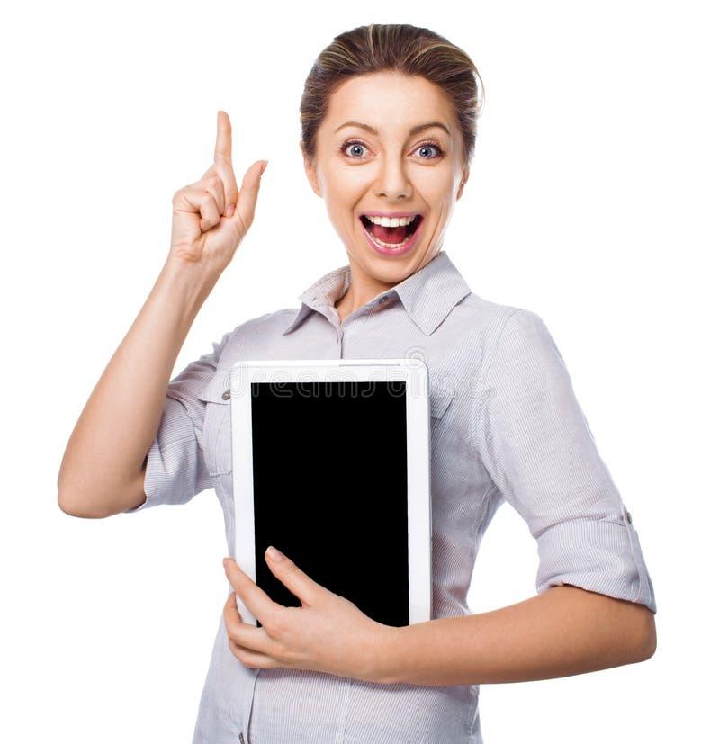Mujer de negocios que sostiene una tableta con el finger para arriba en el fondo blanco imagenes de archivo