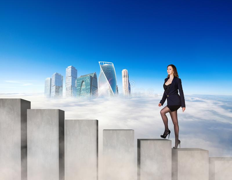 Mujer de negocios que sube los bloques concretos de las escaleras fotografía de archivo libre de regalías