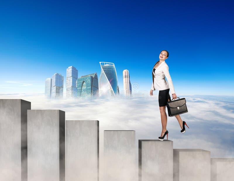 Mujer de negocios que sube los bloques concretos de las escaleras fotos de archivo libres de regalías