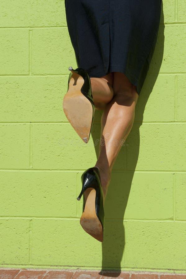 Mujer de negocios que sube para arriba una pared fotos de archivo