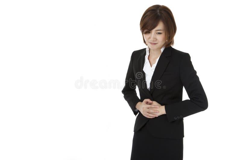 Mujer de negocios que sufre de dolor abdominal imágenes de archivo libres de regalías