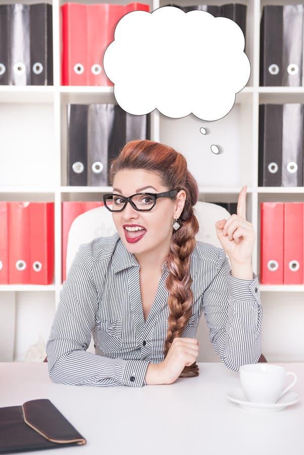 Mujer de negocios que tiene idea que trabaja en la oficina fotos de archivo