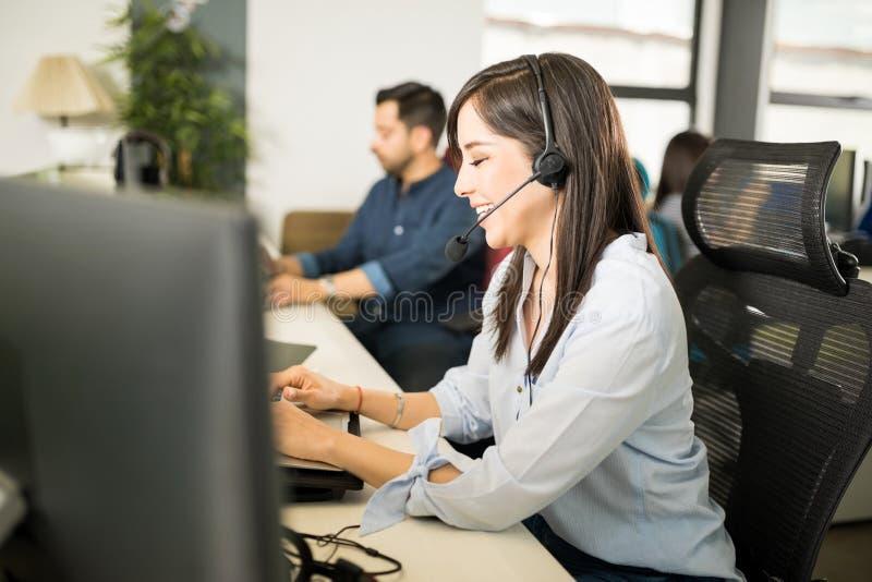 Mujer de negocios que toma llamadas de clientes fotografía de archivo libre de regalías