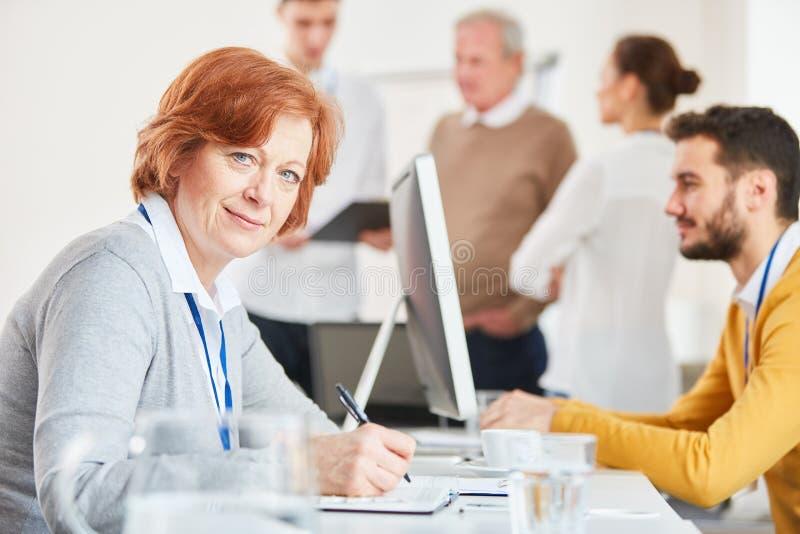 Mujer de negocios que toma notas imagen de archivo