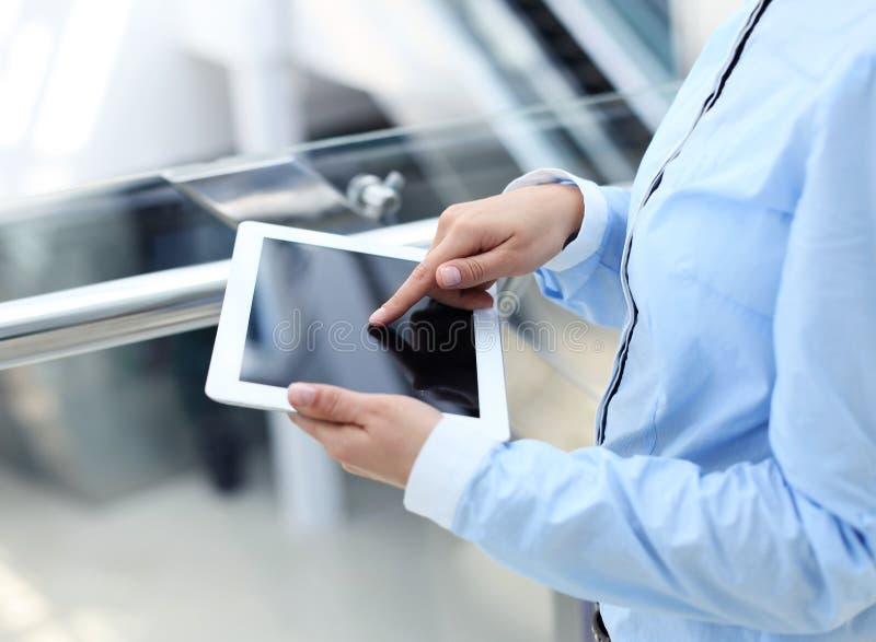 Mujer de negocios que trabaja con una tableta digital foto de archivo
