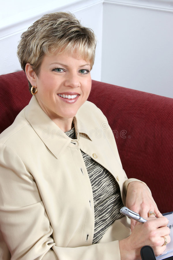 Mujer de negocios que trabaja en el país en el sofá fotos de archivo libres de regalías