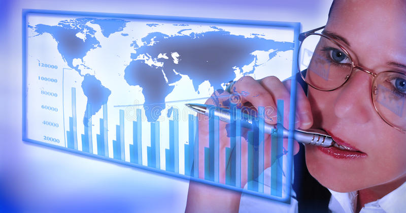 Mujer de negocios que trabaja en estadísticas foto de archivo libre de regalías