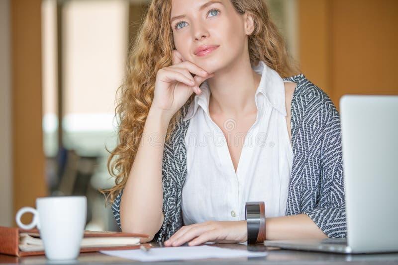 Mujer de negocios que trabaja en oficina imagen de archivo libre de regalías