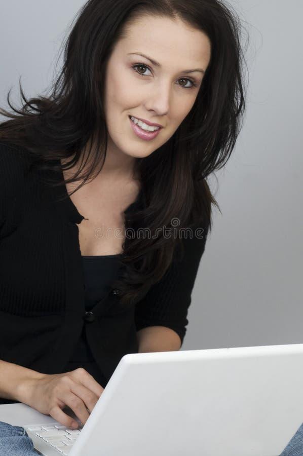 Mujer de negocios que usa el ordenador para el proyecto de la escuela imagen de archivo