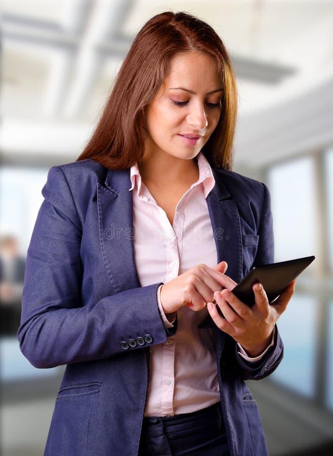 Mujer de negocios que usa la tableta imágenes de archivo libres de regalías
