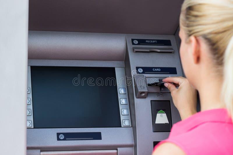 Mujer de negocios que usa la tarjeta de crédito imagen de archivo