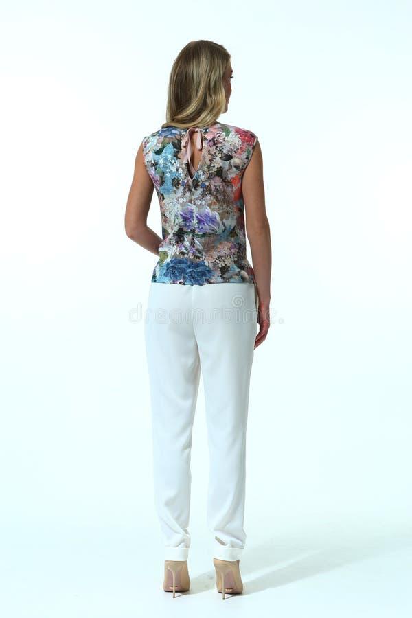Mujer de negocios rubia en ropa casual fotografía de archivo libre de regalías