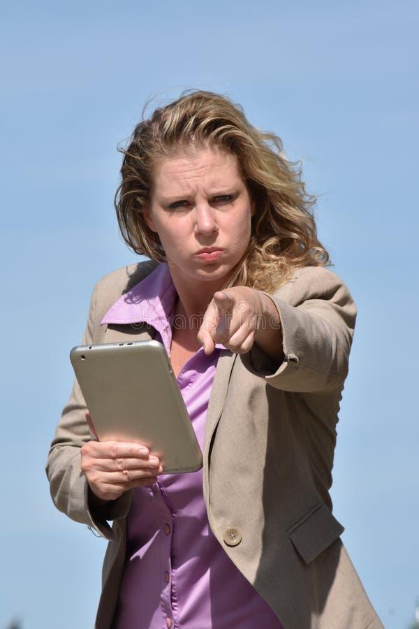 Mujer de negocios rubia enojada imágenes de archivo libres de regalías