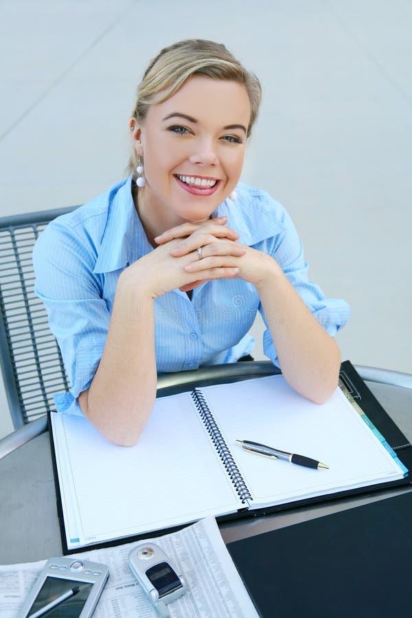 Mujer de negocios rubia hermosa imagen de archivo