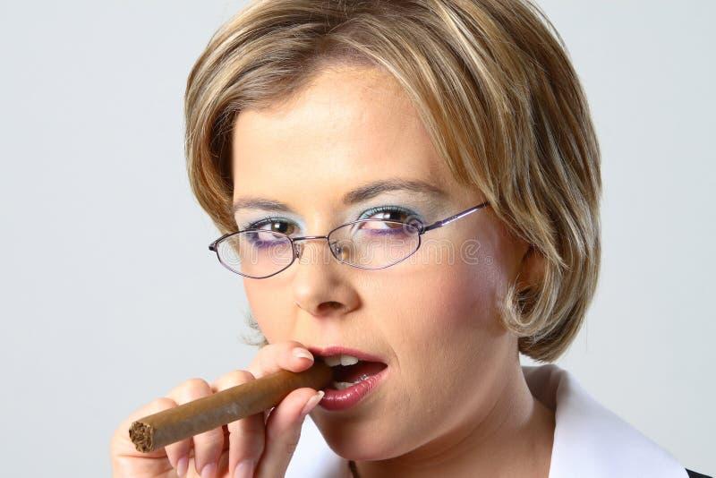 Download Mujer De Negocios Rubia Que Fuma Un Cigarro Imagen de archivo - Imagen de fascinación, cigarro: 1297549