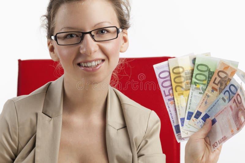 Mujer de negocios satisfecha con el dinero en su mano imagen de archivo libre de regalías