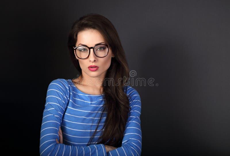 Mujer de negocios seria en la mirada azul de los vidrios de la ropa y del ojo foto de archivo libre de regalías