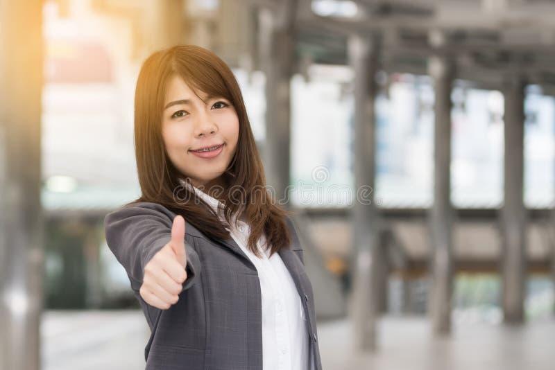 Mujer de negocios sonriente asiática hermosa imágenes de archivo libres de regalías