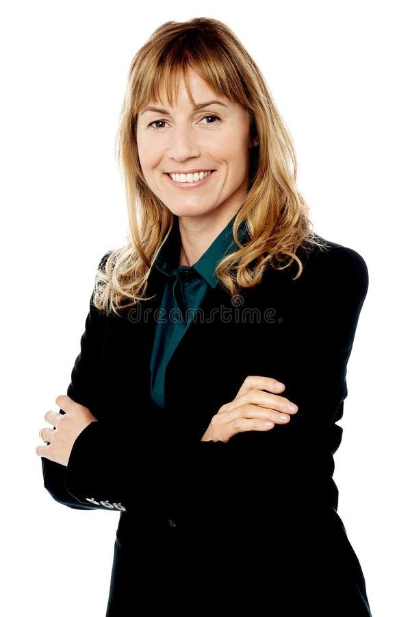 Mujer de negocios sonriente con los brazos plegables fotografía de archivo libre de regalías