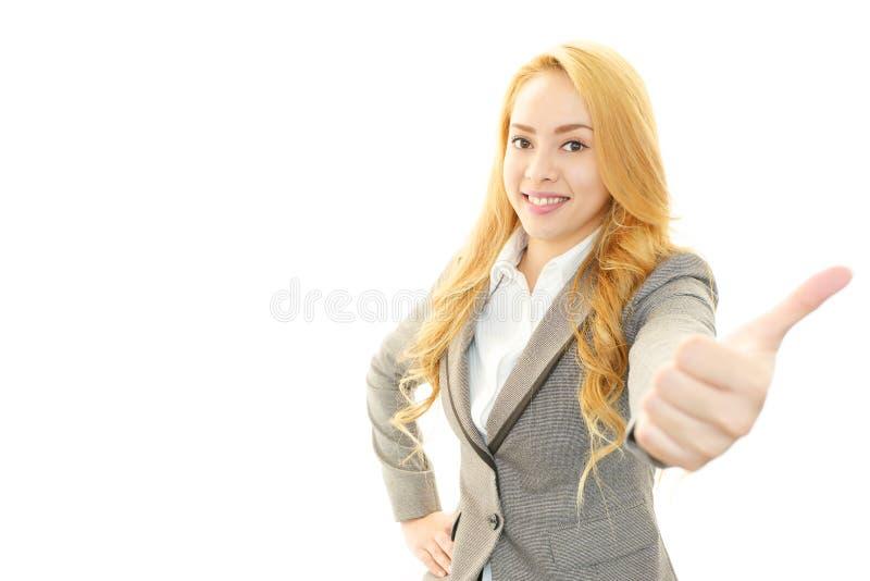 Mujer de negocios sonriente con los pulgares para arriba imagen de archivo