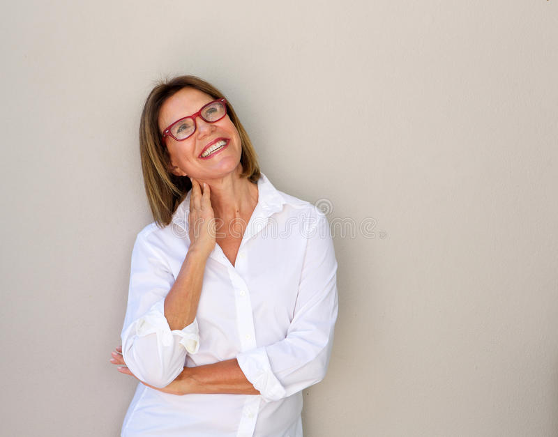 Mujer de negocios sonriente con los vidrios que miran para arriba imagenes de archivo