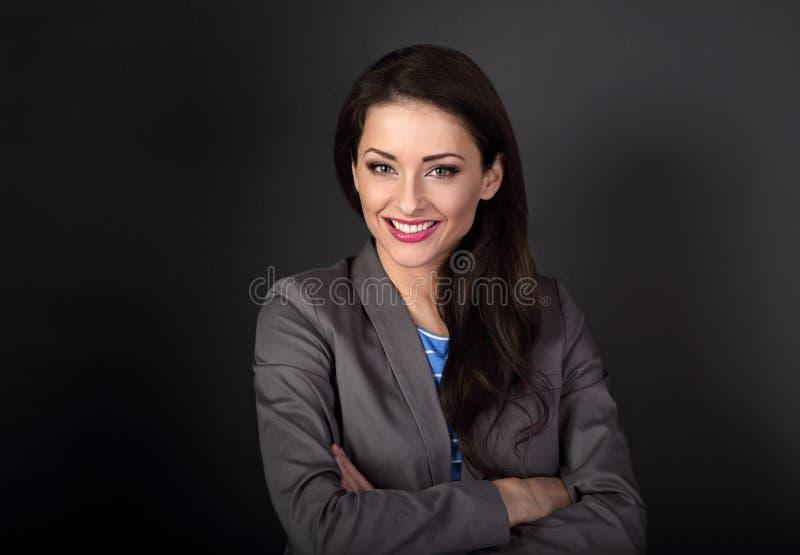 Mujer de negocios sonriente dentuda hermosa en el traje gris que mira el hap imágenes de archivo libres de regalías