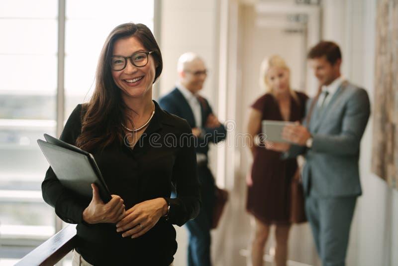 Mujer de negocios sonriente en oficina fotos de archivo