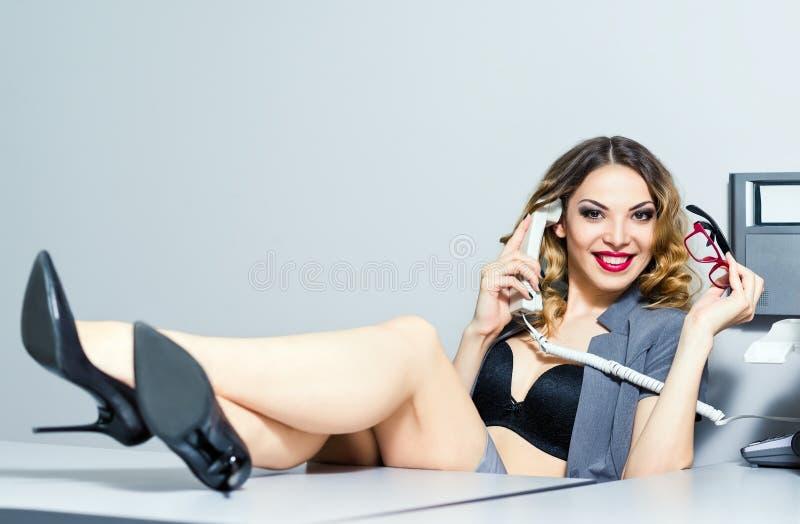 Mujer de negocios sonriente hermosa que habla en el pH foto de archivo