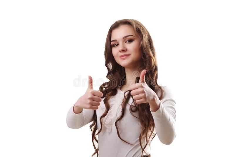 Mujer de negocios sonriente hermosa que se opone al backgrou blanco imagenes de archivo