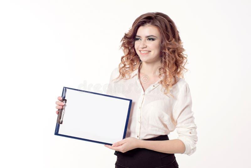Mujer de negocios sonriente joven con el pelo rizado marrón imagen de archivo libre de regalías