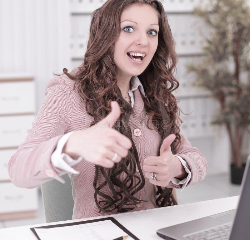 Mujer de negocios sonriente que muestra los pulgares para arriba Foto con el espacio de la copia imagen de archivo