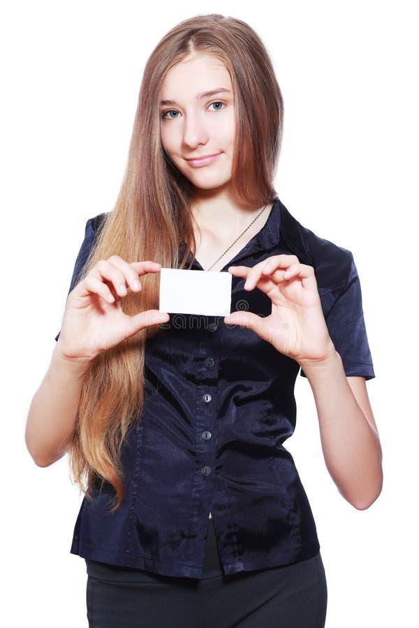Mujer de negocios sonriente que sostiene la tarjeta fotografía de archivo libre de regalías