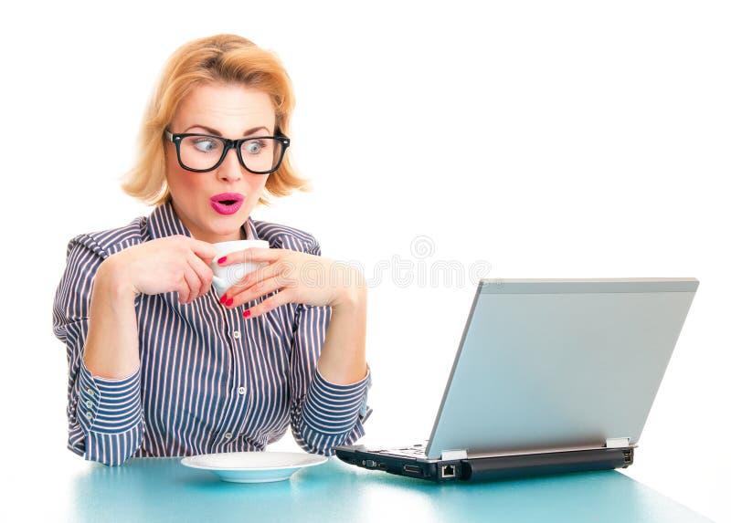 Mujer de negocios sorprendida divertida foto de archivo